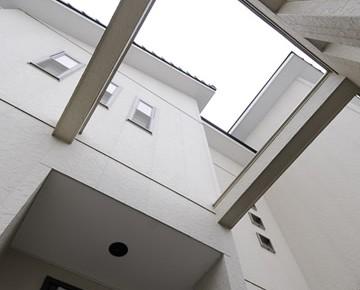 白を基調に やさしい光が包む家。