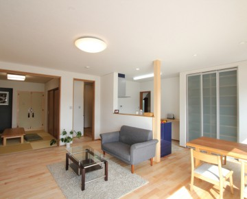 サクラの床材を使用した自然素材の家。