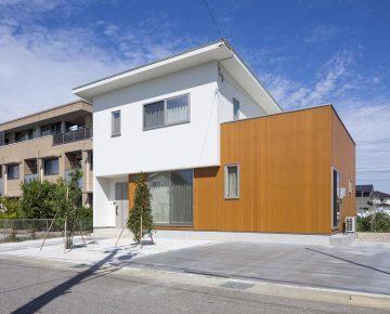 外壁に米杉を使用した高級感のある家