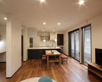広いLDKにオープンキッチンの家
